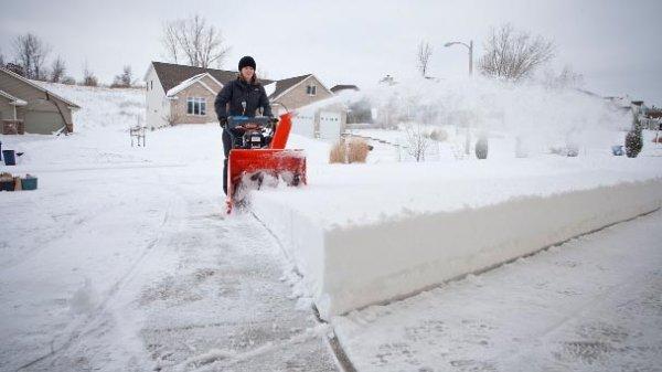 Как и чем убрать снег на участке и с крыши