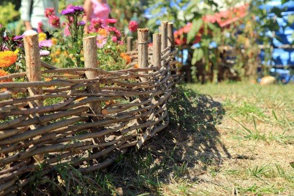 Декоративные ограждения и заборчики для клумб и цветников из подручных средств: делаем своими руками